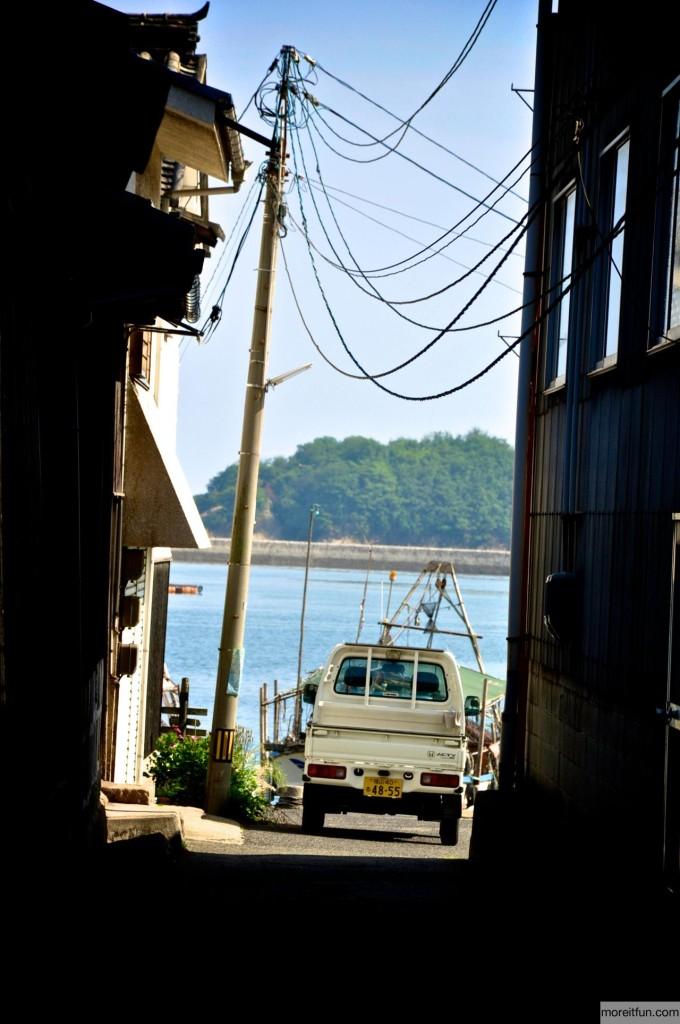 路地越しの海