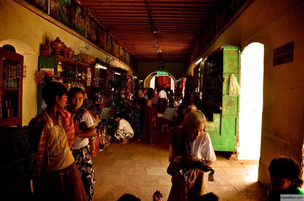 ミャンマーの土産物屋