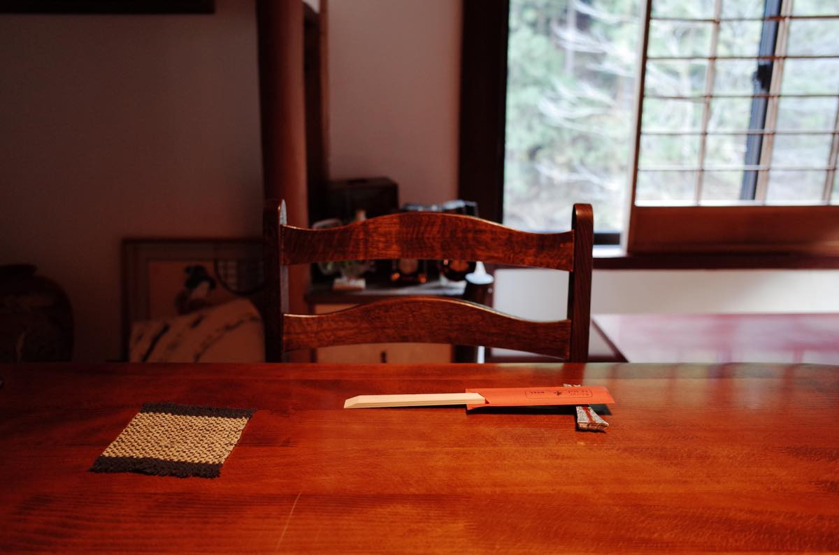 机の上に置いてある割り箸