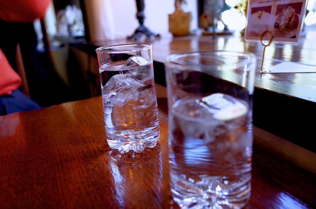 机の上に置いている水の入ったコップ