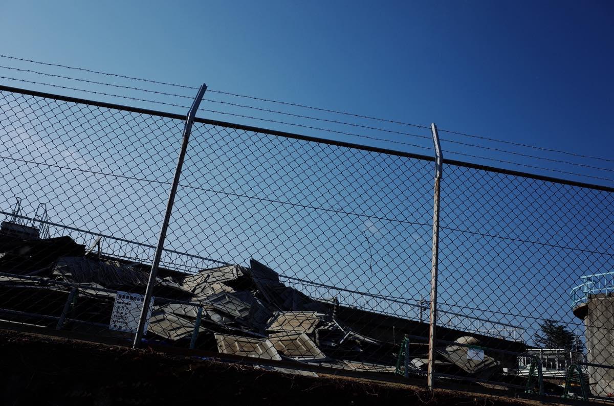 網のフェンスと青空