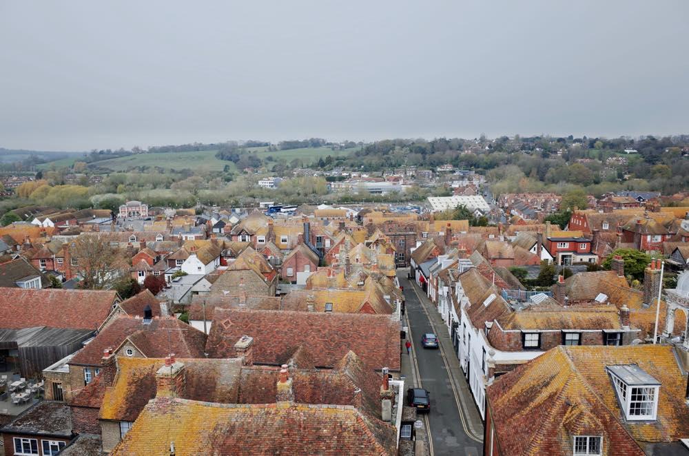イギリス・ライ、セントメアリー教会の塔から町を見下ろす