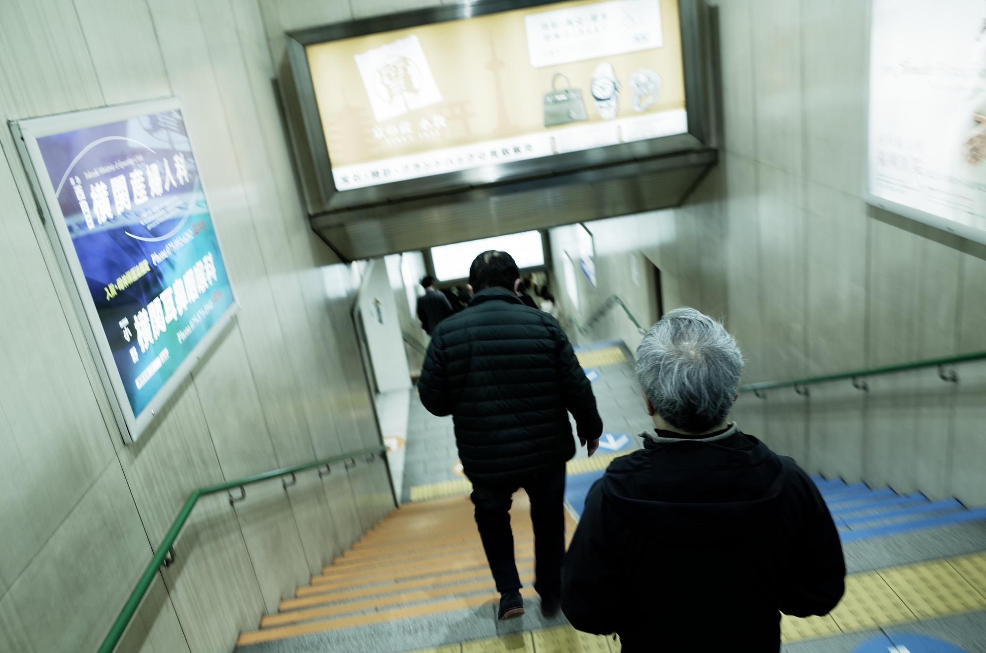 地下鉄四条駅、ホームへ降りる階段