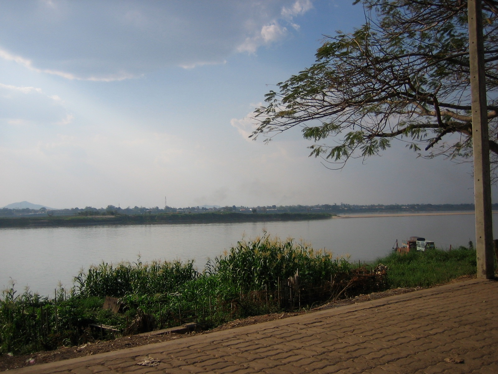 サバナケットのメコン川沿い