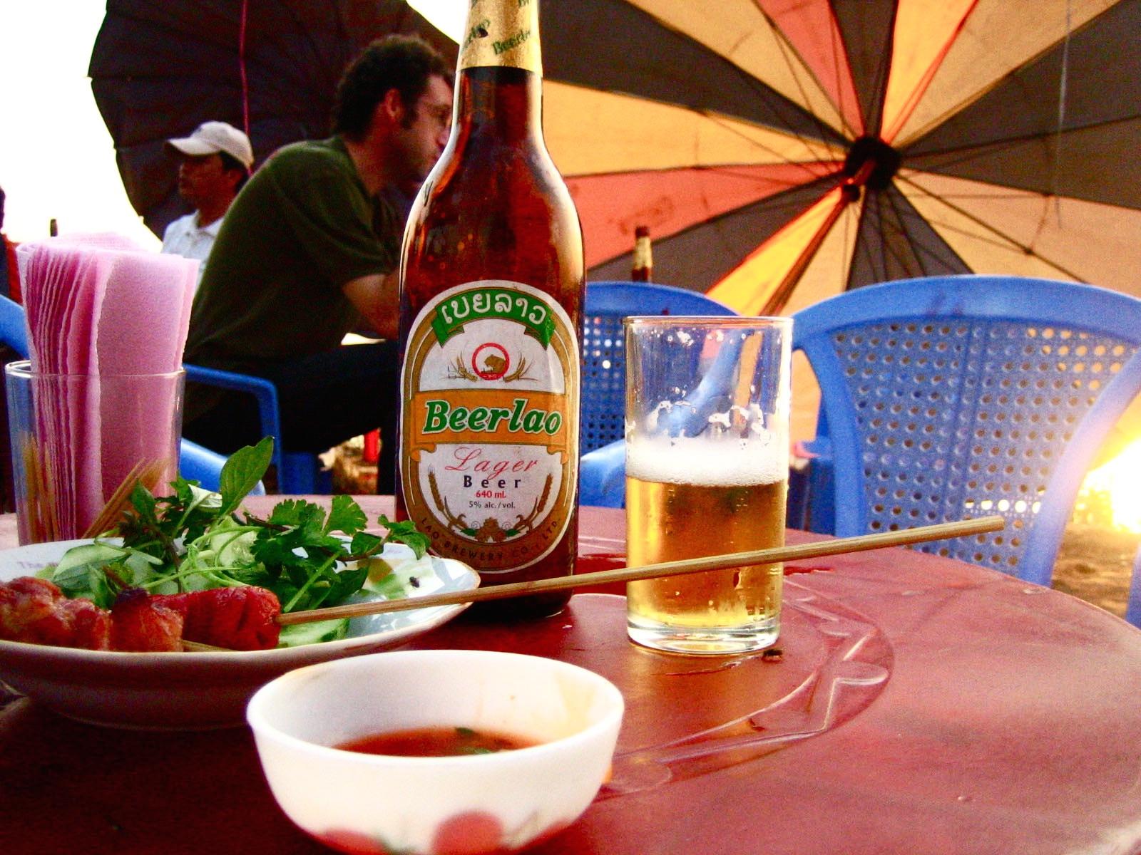 サバナケットで飲んだビールと串焼き