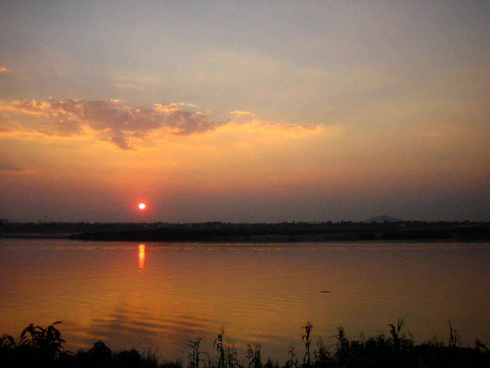 サバナケットでのメコン川に沈む夕日