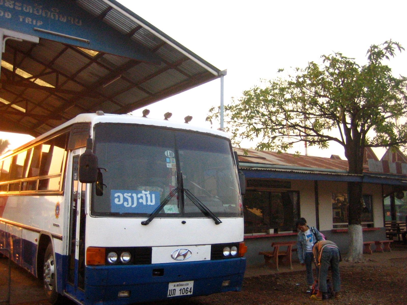 サバナケットからビエンチャンへのバス