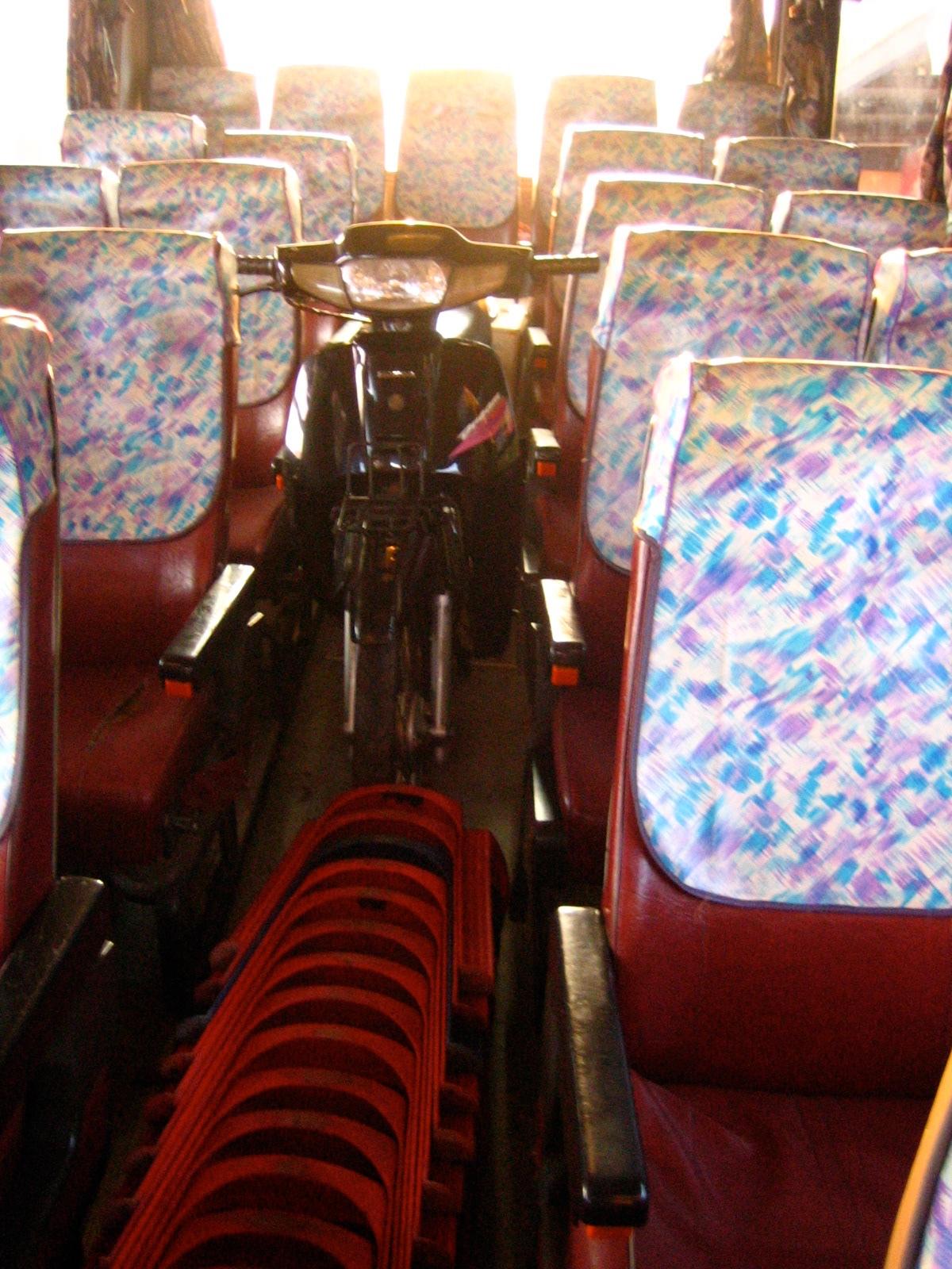 サバナケットからビエンチャンへのバスの中
